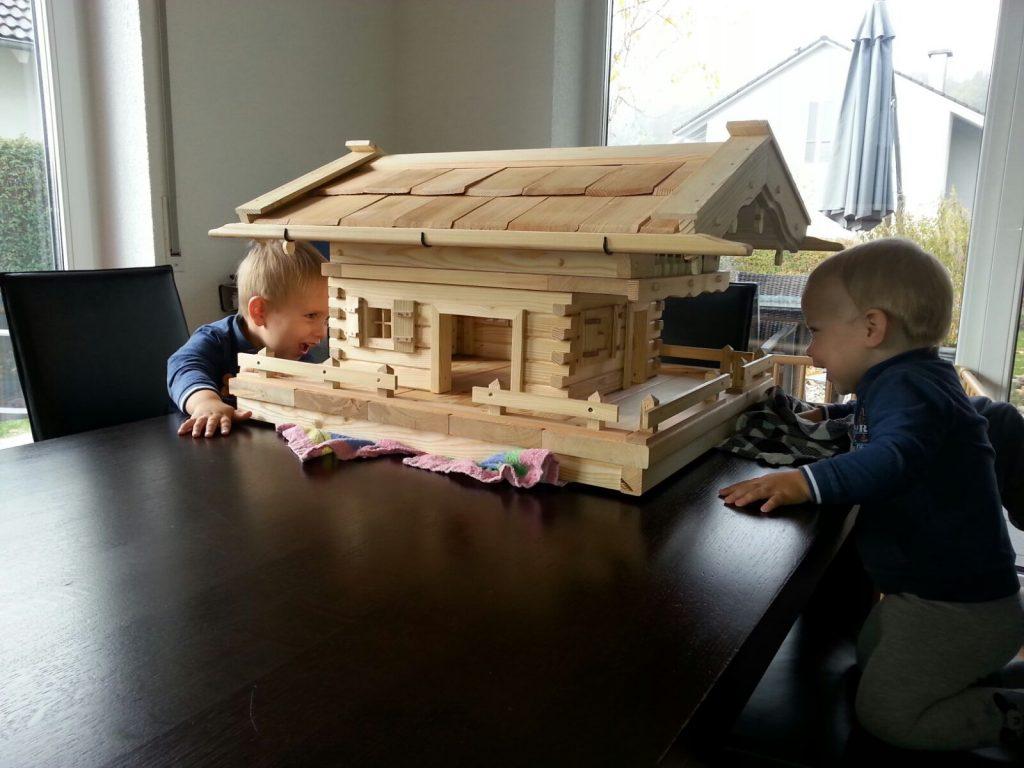 kids-freuen-sich-ueber-vogelhaus